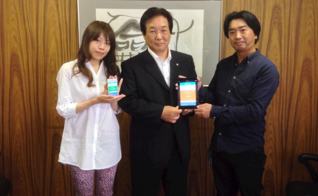 三浦市吉田市長と「Code for MiuraHanto」を発足したアプリレーベルonTheHammock(右:代表の桑村さん)